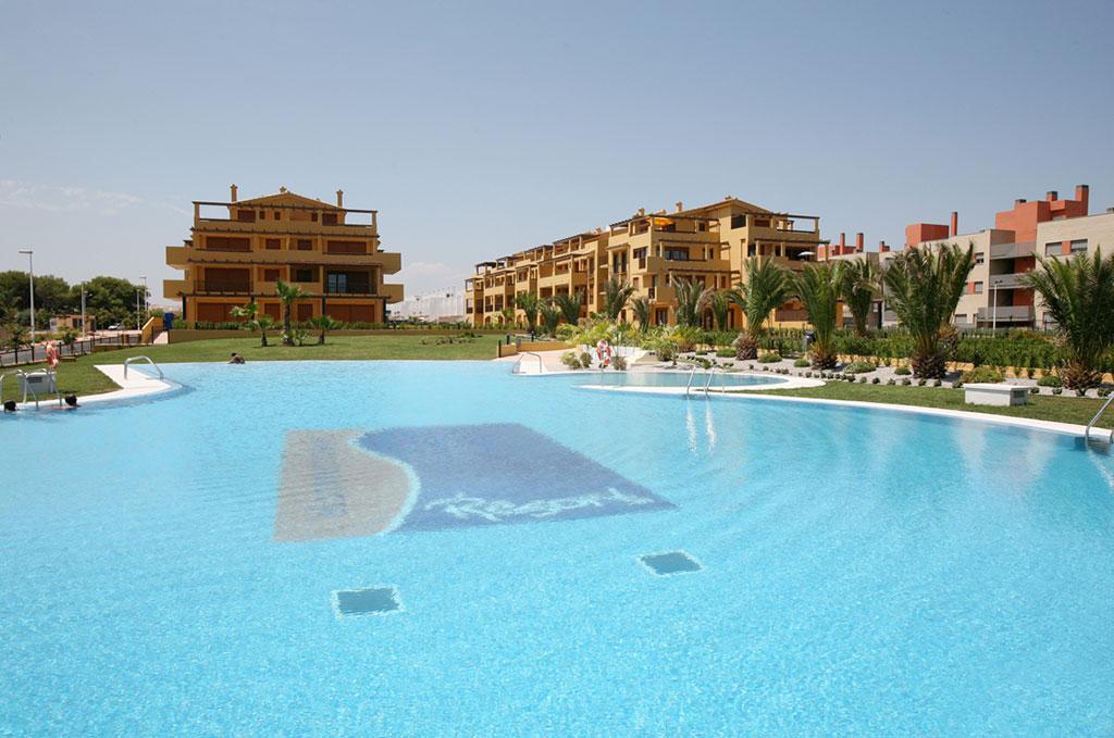 La piscine avec bain à remous de la résidence Beach Resort à Alcoceber en Espagne