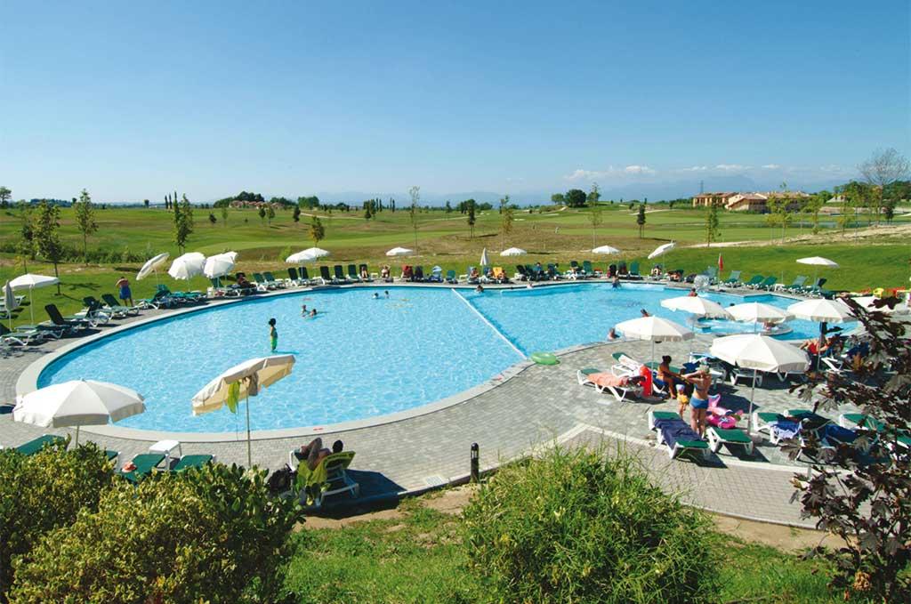 Vue d'ensemble de la résidence de vacances Eden à Peschiera del Garda, au sud du lac de Garde et à 30 km de Vérone