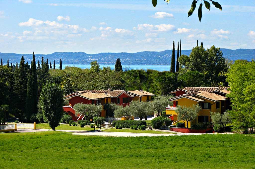 Vue d'ensemble sur la résidence de vacances Poiano Resort, sur la rive orientale du Lac de Garde