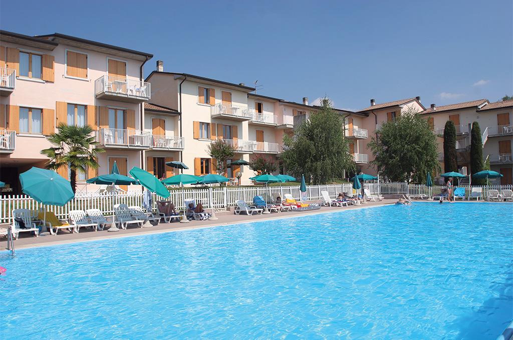 La piscine de la résidence de vacances San Carlo à Costermano