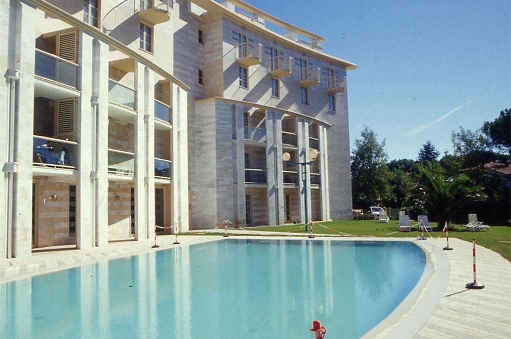 Piscine de la résidence de vacances Onda Marina à Marina Di Pietrasanta