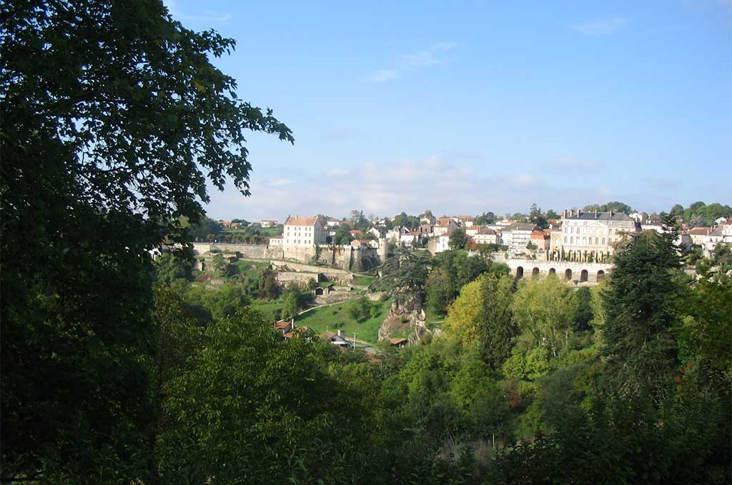 Vue du château de Nontron près de la résidence de vacances Goélia Le Domaine des Nouailles à Nontron @crédit photos : OT Nontron