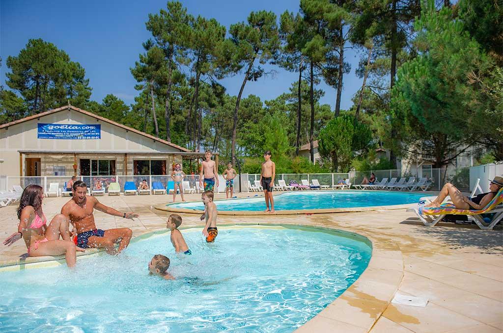 La piscine chauffée de la résidence de vacances Goélia Les Demeures du Lac à Casteljaloux