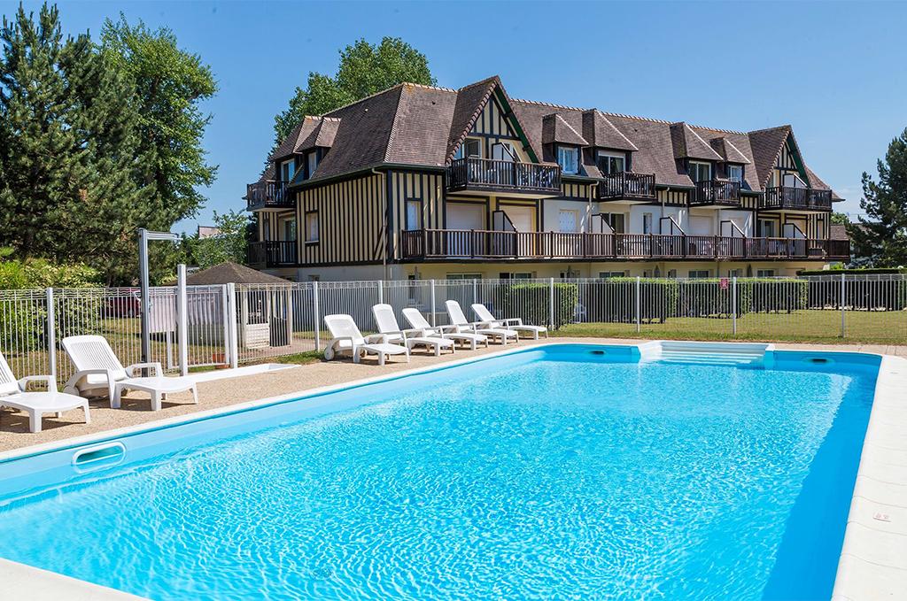 Piscine de la résidence de vacances Goélia Green Panorama à Cabourg