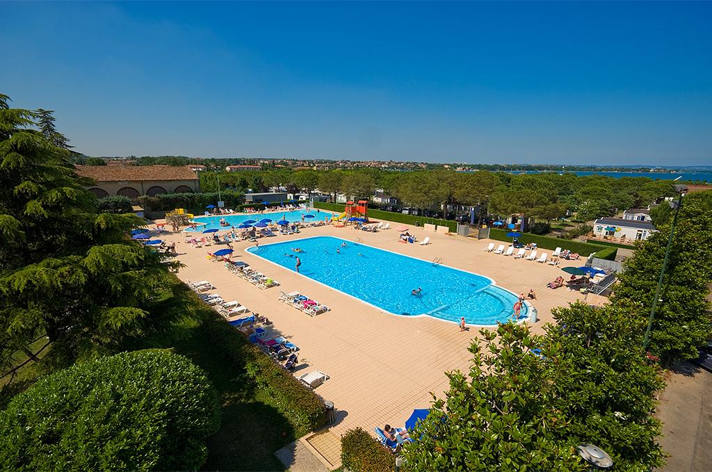 Vue sur la piscine et le bassin pour enfants du Del Garda Village et Camping à Peschiera del Garda