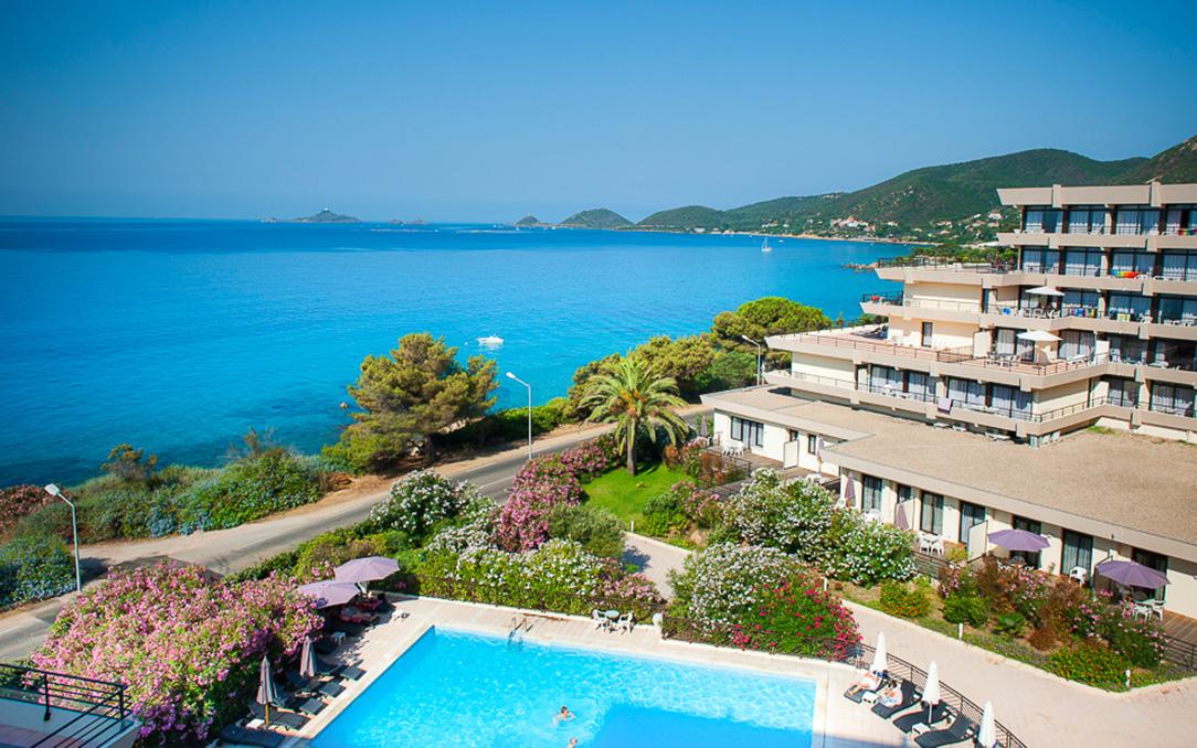 Résidence de vacances Les Calanques à Ajaccio en Corse avec sa piscine extérieure