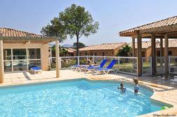 La piscine et les villas