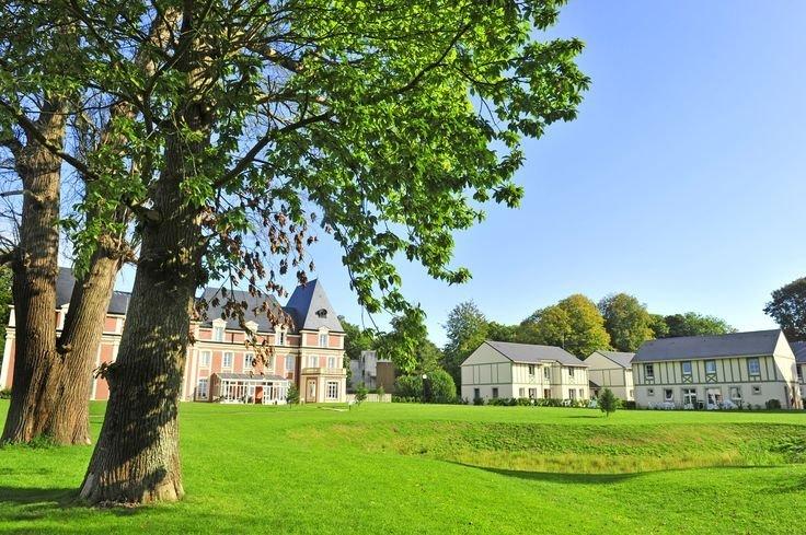La résidence de vacances Goelia les Portes d'Etretat et son parc