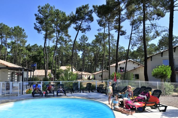 La piscine chauffée - Résidence de vacances Goélia Les Demeures du Lac à Casteljaloux.