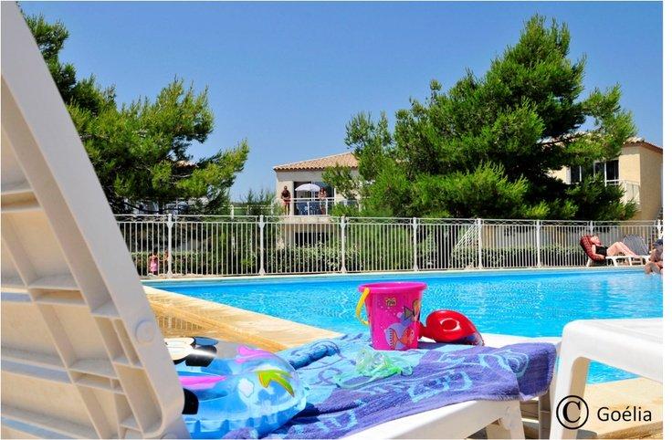 L'espace piscine de la résidence de vacances Goélia Les Jardins de Phoebus à Gruissan.