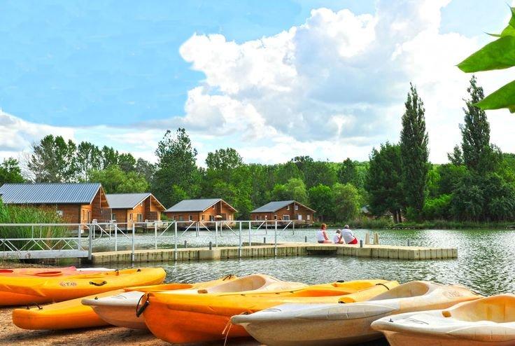 Le lac, au cœur de la résidence Goelia Les Cottages du Lac à Saint Amand de Coly