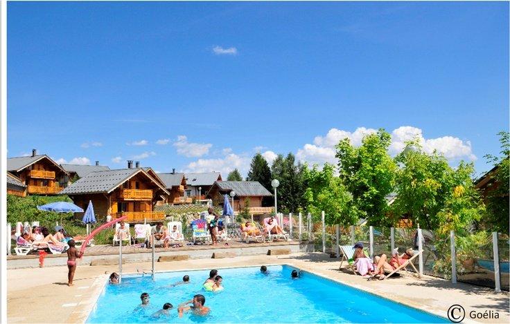 La piscine chauffée de la résidence de vacances Goelia Les Chalets de la Toussuire