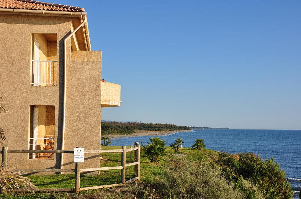 Emplacement et vue de la résidence Perla Marina à Bravone en Corse