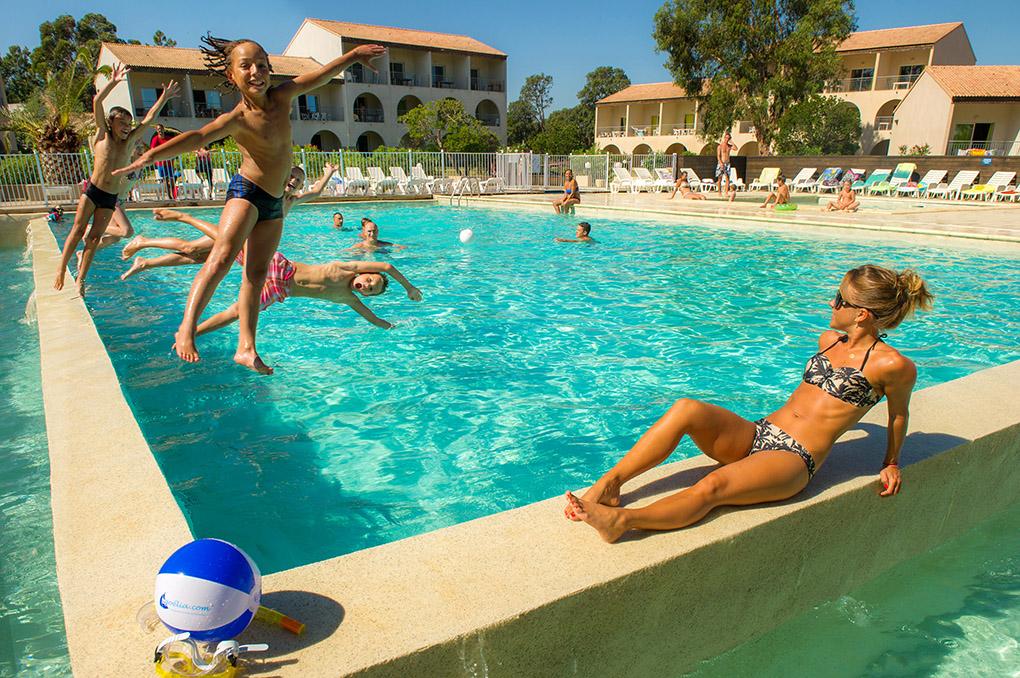 La piscine chauffée de la résidence de vacances Perla d'Isula à Bravone en Corse