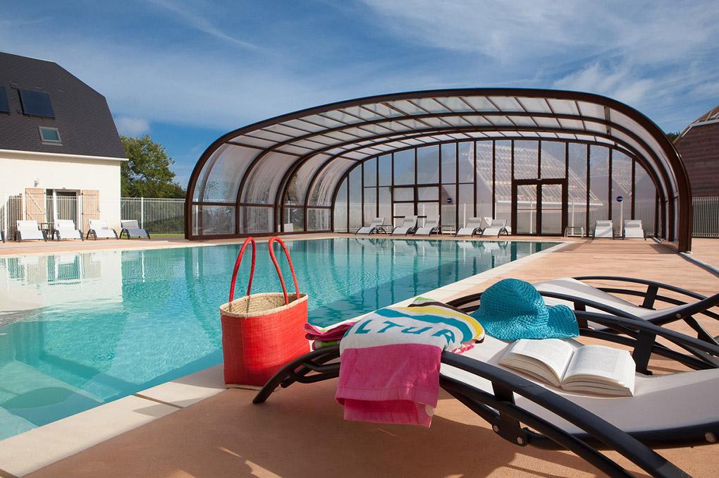 La piscine couverte/découverte chauffée de la Résidence de vacances le Domaine de la Corniche à Auberville