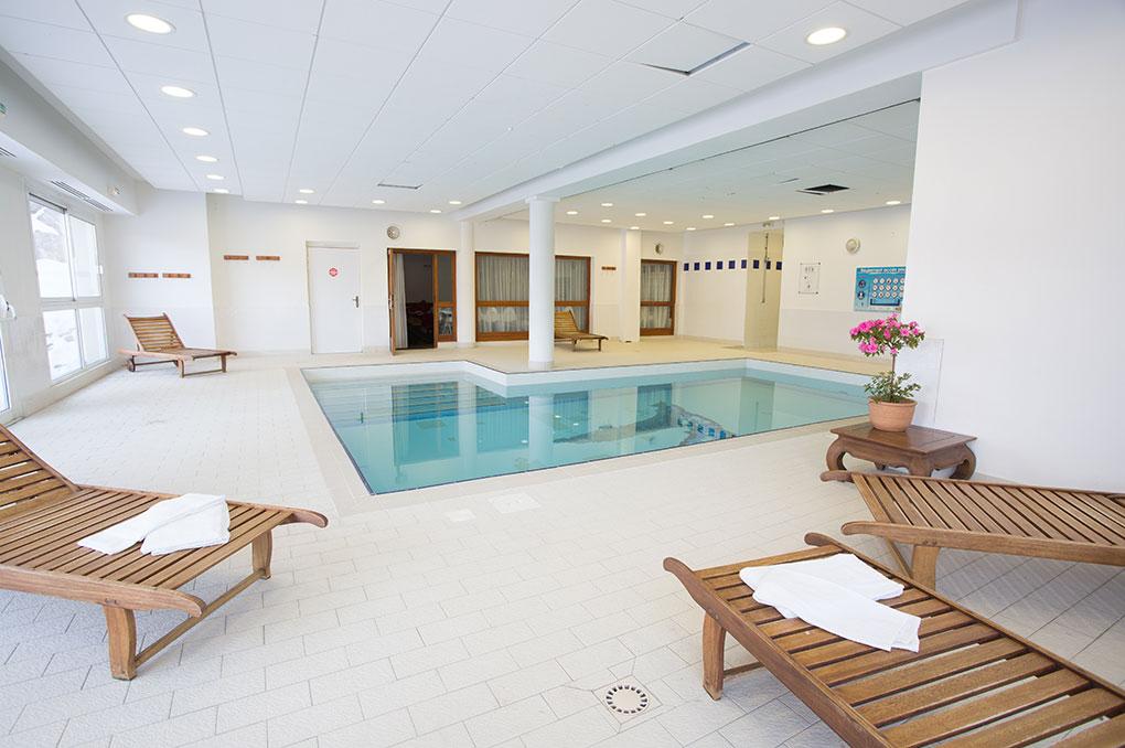 La piscine couverte chauffée de la résidence de vacances Les Gentianes à Puy St Vincent