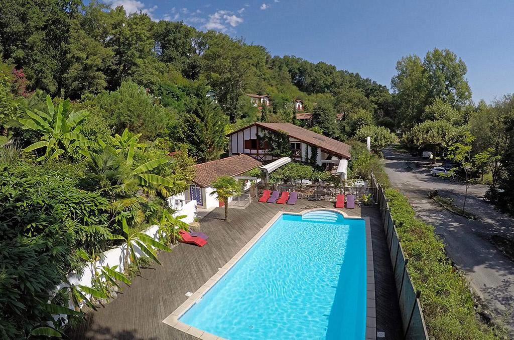 la piscine de la résidence de vacances les collines Iduki à la Bastide de Clairence proche d'Espelette